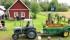 """Ett ekipage som är """"Glädjespridare"""" på flera sätt, den gamla gödselspridaren har blivit transportkärra för rundturer på träffar mm. Traktorn är en Ferguson från 1953 och ägaren är GFHK-medlem nr 2140"""