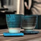 Blå keramikmuggar