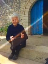 4K. Damen vid den blå porten. (Qeparo, Albanien)