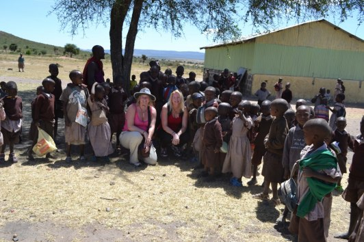Utanför skolan i en av byarna. Undervisningen bedrevs delvis under detta träd...