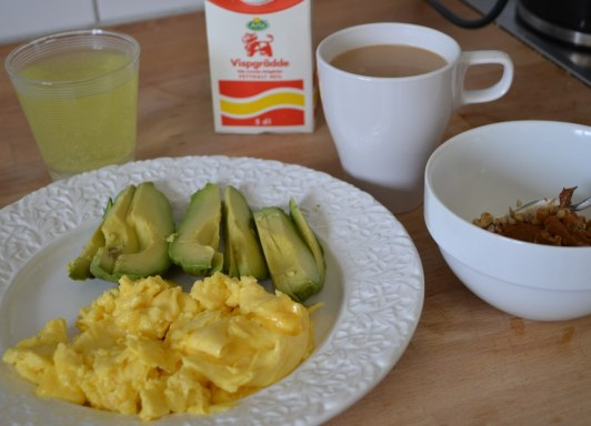 Äggröra på två ägg med en avokado, kaffe med grädde & mjölk, yoghurt med nötter och kanel...