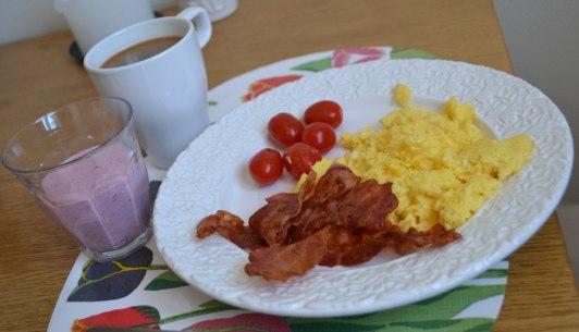 Smoothie, äggröra med bacon och en kaffe- Perfekt LCHF på helgen!