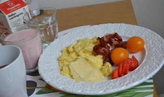 Äggröra, bacon, ost, tomater, jordgubbar, smoothie, kaffe