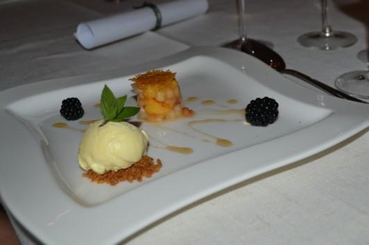 Citronverbenaglass med tyffelhonungsgravade Blaxstapersikor, honungschips, björnbär och lönnsirap