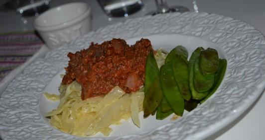 Köttfärssås, gräddkokt vitkål och smörfrästa sockerärter