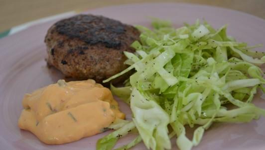 Köttfärsbiff, chilibearnaise och vitkålssallad