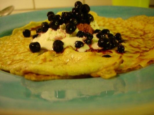 Pannkaka med vispgrädde och blåbär