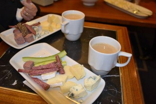 Kaffe med gräddmjölk, gurka, ostar, korvar, paté...