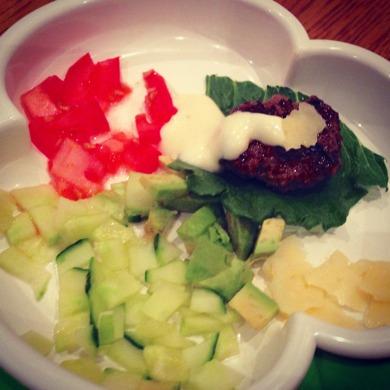 Hamburgar på naturbeteskött. Hemgjord majonnäs. Gurka, tomat, gurka, avokado och lite ost