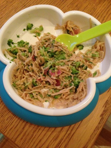 Bebis-carbonara lowcarb: Bönpasta, broccoli, gräddsås och några skinkbitar