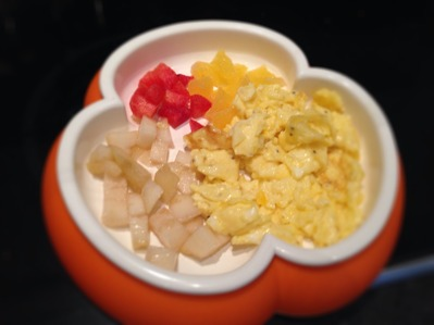 Frukost: Äggröra, päron, plommon, apelsin