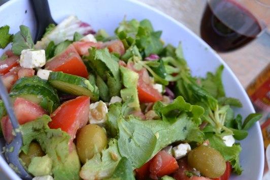 Fräsch sallad med lokala tomater och avokado (och lokalt rödvin också...)