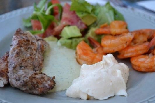 Min tallrik. Grillad kyckling, grillade räkor, aioli, pestosås, sallad med avokado & tomater med en dressing av olivolja
