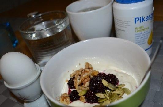 Yoghurt med björnbär, pumpakärnor, valnötter. Te med kokosfett. Ett kokt ägg.