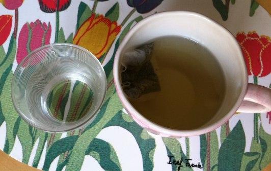 En kopp mullbärste och ett glas vatten
