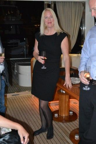 Champagne-mingel på båten innan middagen