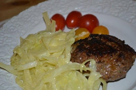 Ädelostfylld pannbiff och gräddkokt vitkål