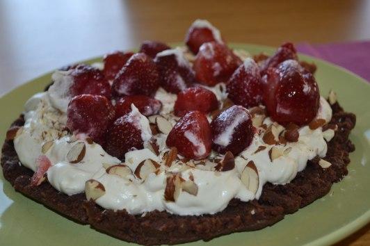 Chokladtårta med grädde, jordgubbar och hackade nötter