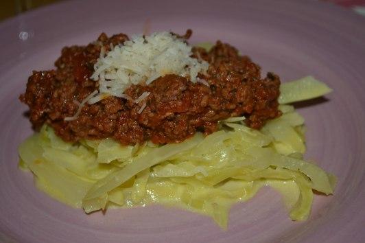 Köttfärssås, gräddkokt vitkål och färskriven parmesan