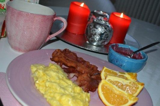 Bacon, äggröra, apelsin, massor av blåbär och lite yoghurt och vaniljpulver, kaffe med gräddmjölk...
