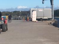 Arbetsbod placerad ute på kajen