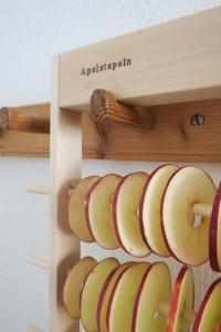 Äppelskivor hänger på tork på Apelstapeln äppeltork