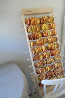 Apelstapeln äppeltork står på en stol och lutas mot en vägg