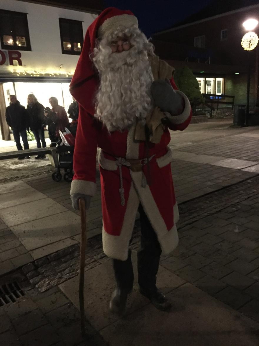 Jultomten går runt i centrum och samlar in önskelistor från barnen.