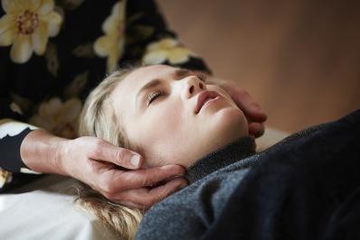 Upplev behandling med KranioSakral Terapi hos terapeut Helén på Energikällan i Falkenberg, Halland. En behandlingsmetod för dig som söker alternativ behandling