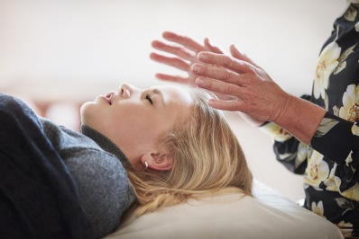 Energi  Healing i Halland. Upplev behandling med Energihealing hos healer Helén på Energikällan i Falkenberg, Halland. Healing som alternativ behandling