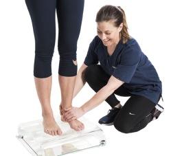 Ortopetekniker kontrollerar fotstatus