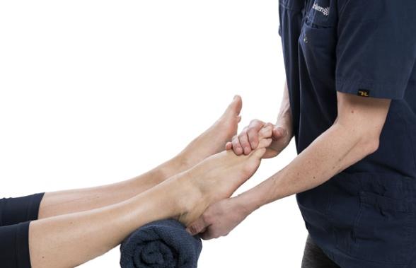 Vi behandlar fot, ben och övriga  kroppen. Behandlare på Stegkliniken är legitimerade Sjukgymnaster, Naprapater eller Kiropraktor. Vår kiropraktor och naprapater är experter på rygg och nackrelaterade skador.