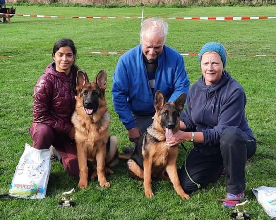 Polly (till höger) med Laila Vagle och domare Leif Belgen