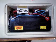 Förbrukningsbatteri 150Ah och ett pyttelitet MC-batteri som startbatteri, båda av typ AGM