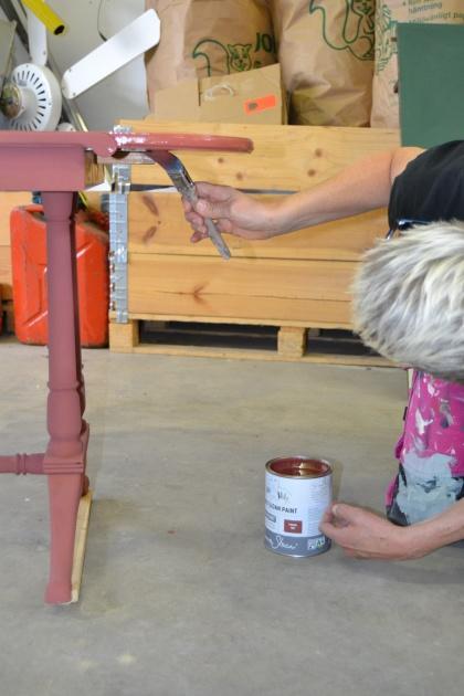 Vill du ge nytt liv till en gammal möbel? Recreation i Halmstad värnar om återbruk och målar om möbler med Chalk Paint kalkfärg. Vi tar emot möbler i hela Halland.