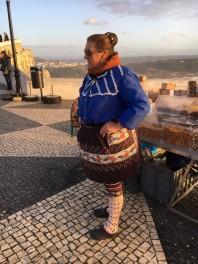 """Nazaré kvinna de typiska kläderna """"7 kjolar"""""""