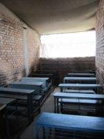 Två av lektionssalarna. Utan fönster och trångt.