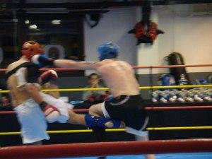 Mikael (t.v) jobbar låga sparkar för att hålla motståndaren borta ifrån clinch och knän.