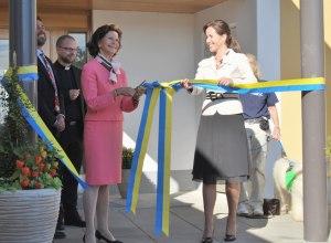 Drottning Silvia och sjukvårdslandstingsrådet Filippa Reinfedt inviger Lilla Erstagården i september 2010.