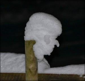 Denna snögubbe hade format sig själv på stolpen ute på julaftonskväll.