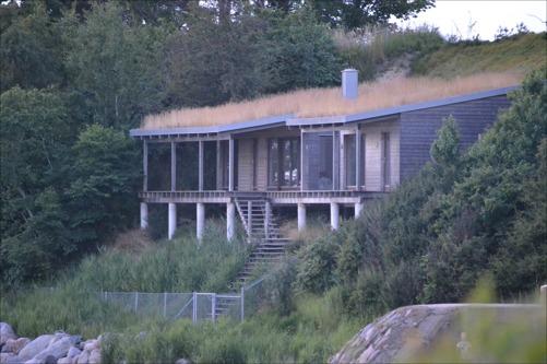 Ett häftigt hus inbyggt i en slänt efter stranden i Ålabodarna. Riktigt coolt.