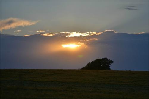 Solen försöker tränga sig i genom molnen. Så vackert.