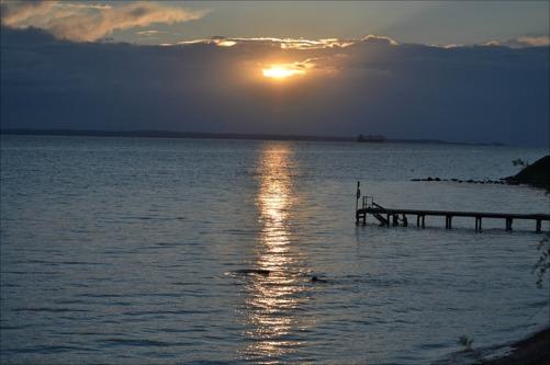 Solen vill inte gå ner riktigt ännu. Vid stranden i Ålabodarna.