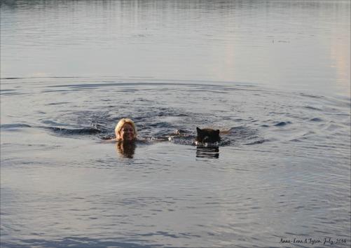 Jag- Anna-Lena kommer simmandes med Tyson.