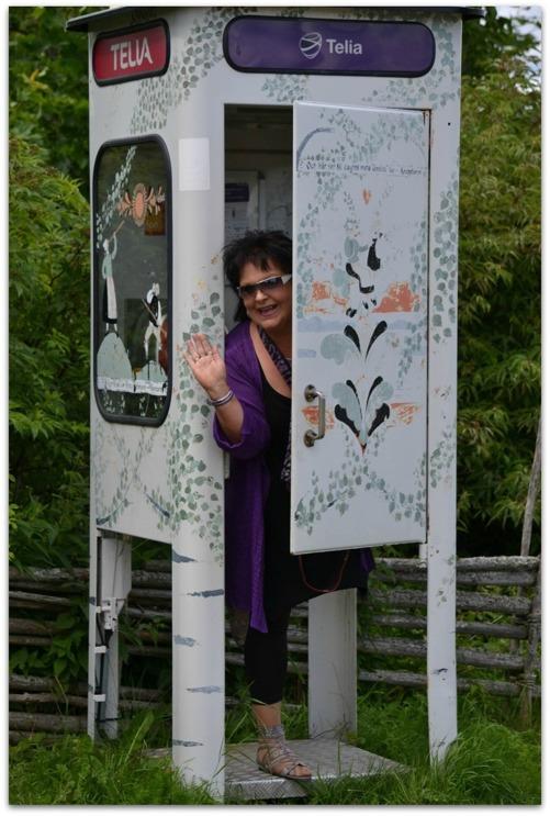 Inte alla dagar man ser en telefonkiosk, men i Tällberg fanns det en och min kompis Sara provade den direkt