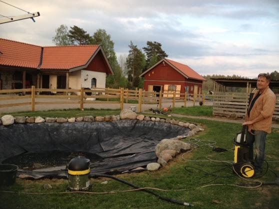 Tvättning av dammen! Snart ska Koi fiskarna i.
