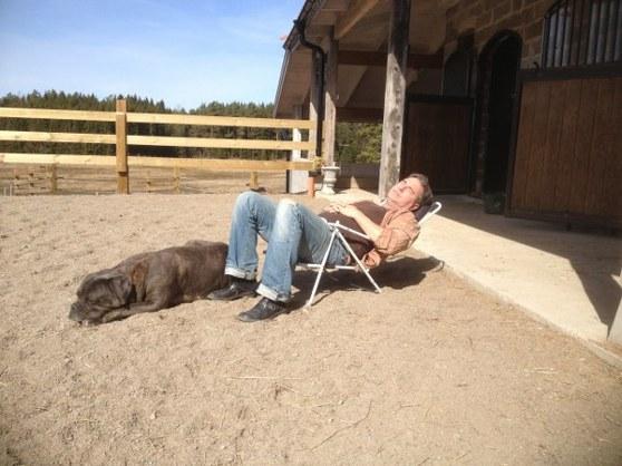 Det är ju inte bara hästarna som njuter av solen:)