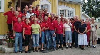 Gruppen är samlad utanför Bönans bygdegård.