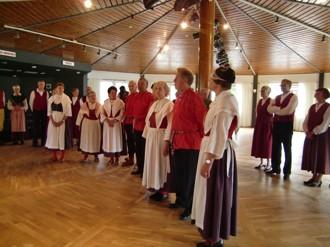 """Här visar vi upp våra folkdräkter ute på """"Fyren"""" på Norrsundet. Sen blev det dans."""