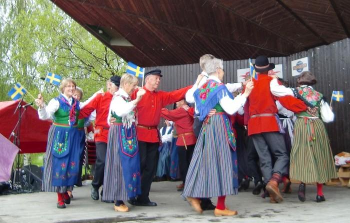 Nationaldagen 2012 i Badhusparken i Piteå. Indansning till Tjeckisk polka.